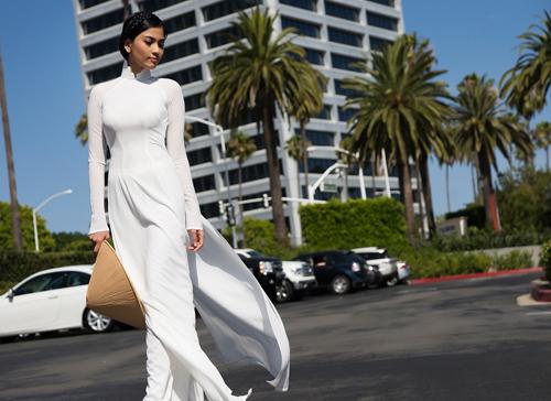 Nếu nói bộ ảnh áo dài trắng này được chuẩn bị bởi 1 stylist thì mẹ Trương Thị May chính là tác giả và cũng là người lên ý tưởng bộ ảnh đẹp này. Bộ ảnh này do nhiếp ảnh gia John Trần thực hiện.