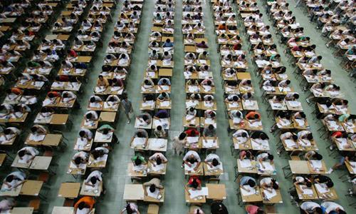 Khoang cảnh làm bài thi rất nghiêm túc và khẩn trương tại hội đồng thi trường đại học Đông Quan Trung Quốc. Ảnh: Reuters.