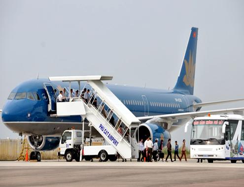 Hành khách đến Bình Định bằng máy bay của Hãng Hàng không Việt Nam(VietNam Airlines) tại cảng hàng không Phù Cát. Ảnh:V.Lưu.