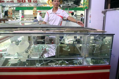Tủ kính trưng bày vàng bị tên cướp dùng đá đập vỡ. Ảnh: An Nhơn