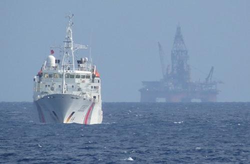 Tàu Trung Quốc bảo vệ giàn khoan Hải Dương 981 đặt trái phép trong vùng đặc quyền kinh tế, thềm lục địa của Việt Nam. Ảnh: TTXVN.