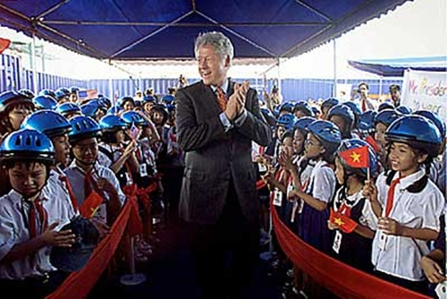 US President Bill Clinton surrounded by cheering schoolchildren during his historic visit to Ho Chi Minh City, Vietnam. Clinton's was the first visit by an American president in more than 25 years (photo: AP)