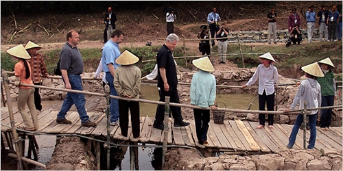 During his visit in 2000, former President Bill Clinton helped Dan and David Evert, behind him, search for the remains of their father, an airman.