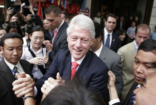 Former U.S. President Bill Clinton shakes hands with well-wishers in Hanoi December 6, 2006. Clinton urged young Vietnamese on Wednesday to talk more about HIV and AIDS to reduce fear and ignorance of the disease and discourage discrimination. [Reuters]
