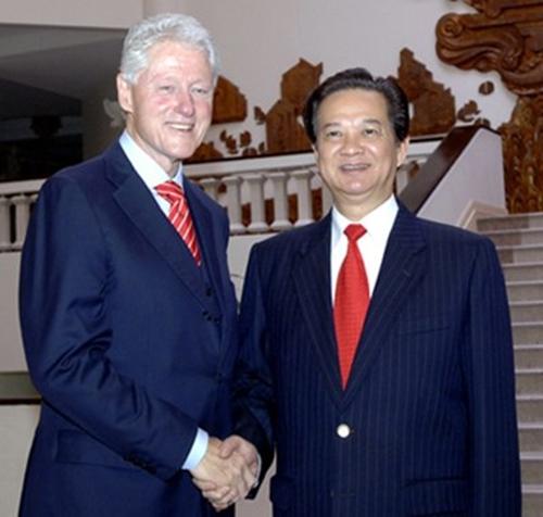 Thủ tướng Nguyễn Tấn Dũng tiếp cựu Tổng thống Mỹ Bill Clinton tại trụ sở chính phủ hôm 14/11. Ảnh: chinhphu.vn.