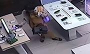 Cô gái 'ảo thuật' trộm điện thoại trước mặt 2 nam nhân viên