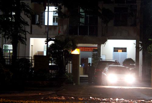 Cảnh sát đưa các nghi can ra xe về trại giam lúc hơn 12h đêm qua. Ảnh: H.T.