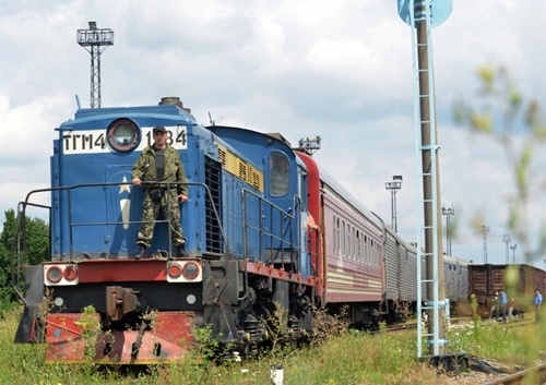 UKRAINE, KHARKIV : The train carrying the 280 bodies recovered from the downed Malaysian flight MH17 arrives at the Malyshev Plant, in the government-held Ukrainian city of Kharkiv on July 22, 2014, from the eastern Ukrainian city of Donetsk. Rebels controlling the crash site released the morgue train under intense international pressure, finally allowing a great majority of the 298 crash victims to begin the long journey home. Their remains are now to be flown to the Netherlands, which had 193 citizens on board the doomed flight and is taking the lead in investigating a disaster that has brought Ukraine's bloody three-month conflict to the doorstep of countries as far away as Australia. AFP PHOTO/ SERGEY BOBOK