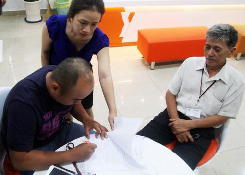 Nhiều khách đi tour công ty Anh Kiệt thông qua đại lý Yesgo đến trình bày để nhận lại tiền.