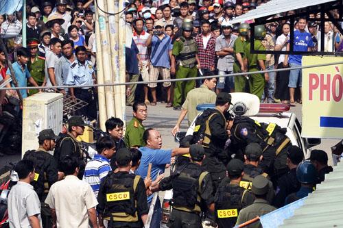 Cảnh sát cơ động áp giải cả hai về trụ sở. Ảnh: An Nhơn