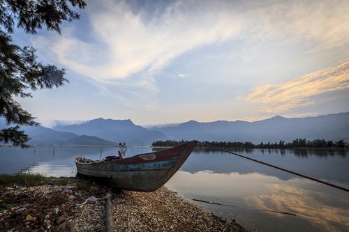 Mây lồng bóng nước ở đầm Lập An xứ Huế