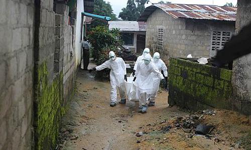 Nguy hiểm rình rập những phu mộ chuyên chôn bệnh nhân Ebola