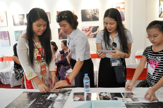 Học sinh Hà Nội làm triển lãm ảnh nạn nhân chiến tranh