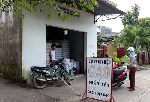 """Cửa hàng gạo của anh Hiệu bị nhóm cướp dùng súng """"hỏi thăm"""". Ảnh: Hoàng Trường"""