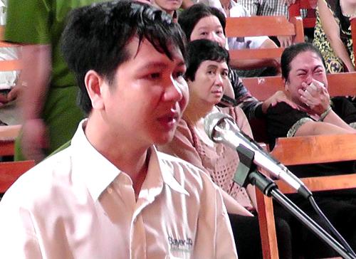 Thầy giáo tạt axít 4 đồng nghiệp khóc suốt phiên tòa