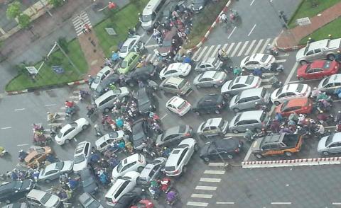 Đường phố Hà Nội hỗn loạn sau cơn mưa