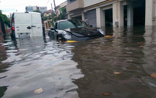 'Xót' Porsche 911 tại Mỹ ngập nước bẩn trong xe