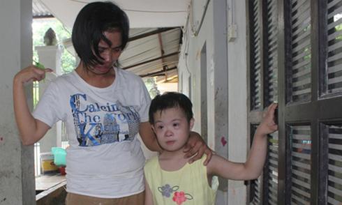 Bảo mẫu chùa Bồ Đề chia tay các cháu nhỏ trong nước mắt