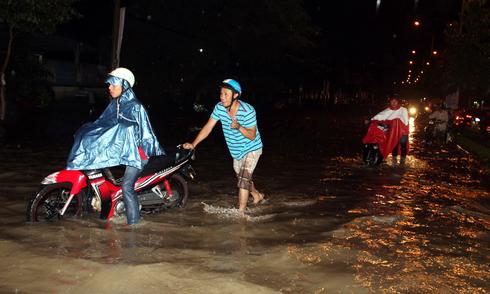 Người Biên Hòa bì bõm sau trận mưa lớn