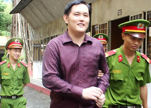 Cựu nhân viên chứng khoán cười tươi khi nhận 13 năm tù