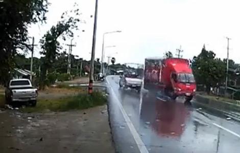Pha tránh xe thần kỳ của tài xế xe tải