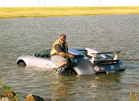 Đối mặt 20 năm tù vì lái siêu xe Bugatti xuống hồ