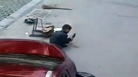 Ôtô leo qua bé 6 tuổi giữa đường