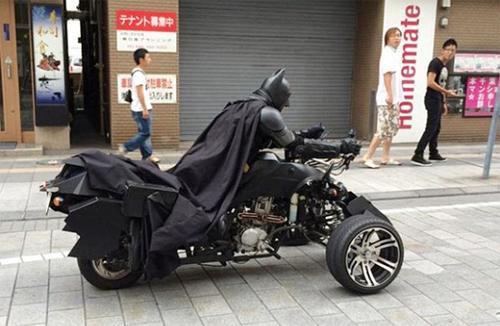'Người Dơi' phóng xe trên phố Tokyo
