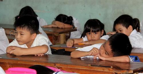 Học lúc giữa trưa khiến nhiều em học sinh trường tiểu học Phan Chu Trinh mệt mỏi, uể oải trên lớp. Ảnh: Hoàng Trường
