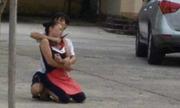 Thanh niên dí dao vào cổ nữ chủ quán tiết canh đòi tiền về quê
