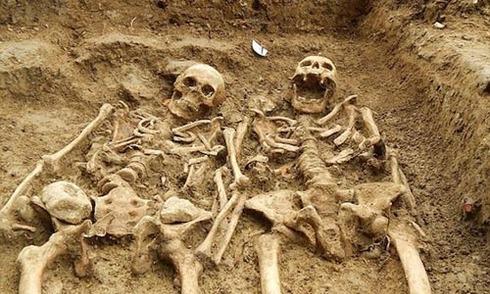 Hai bộ xương 'nắm tay' nhau suốt 700 năm