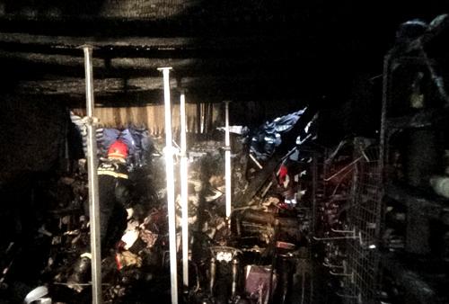 Để vào tìm nạn nhân, cảnh sát cứu hộ phải chống đỡ căn gác sắp sập đổ. Ảnh: C.H