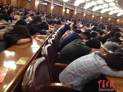 Sinh viên ngủ gục trong giờ giảng của giáo sư 92 tuổi