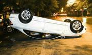 Mercedes lật ngửa trên đường Hà Nội