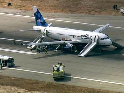 Hành khách kêu khóc khi máy bay Mỹ hạ cánh khẩn cấp