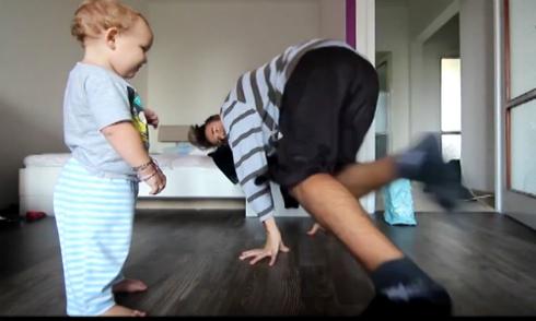 Cậu bé cùng cha nhảy hip hop cực đáng yêu