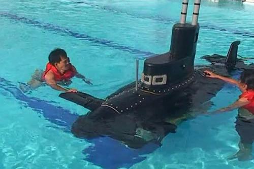 Tàu ngầm Yết Kiêu 1 trong lần thử nghiệm tại hồ bơi của Trường Trung cấp Kỹ thuật Hải quân TP HCM năm 2010. Ảnh: Nguoilaodong.