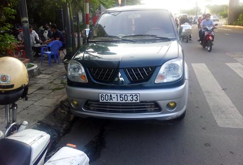 Cảnh sát chặn xe buôn lậu thuốc lá trên đại lộ