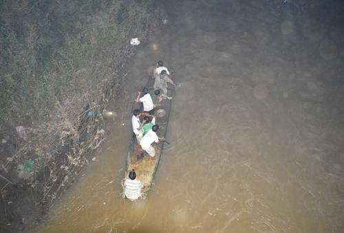 Hàng trăm cảnh sát tìm thi thể bé gái bị vứt dưới suối