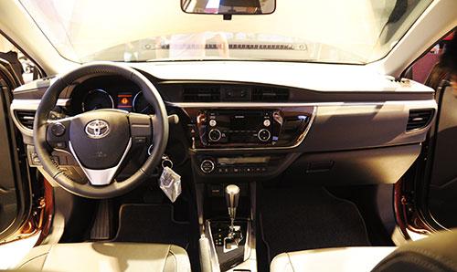 Nội thất trên Corolla Altis 2014 bản 1.8G CVT.