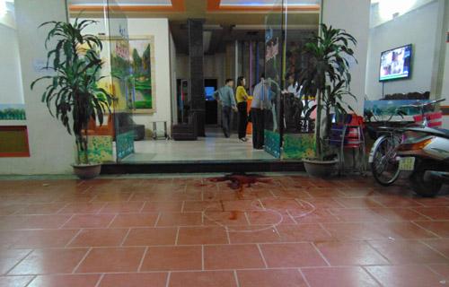 Nữ sinh bị đâm chết trước tiệm karaoke