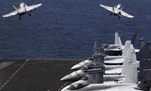Các chiến đấu cơ F/A-18 hôm 11/8 cất cánh từ tàu sân bay USS George H.W. Bush ở vùng Vịnh để tham gia chiến dịch ở Iraq. Ảnh: AP