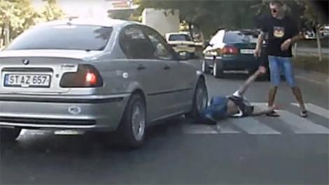 Xe BMW cố tình chèn lên người đi bộ