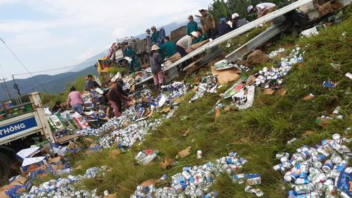 Người dân nhặt giúp 1.000 thùng bia dưới đường sau tai nạn