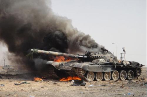 Xe tăng của lực lượng trung thành với nhà lãnh đạo LibyaMoammar Gadhafi bốc cháy sau một cuộc không kích vào tháng 3/2011. Ảnh: Global Post