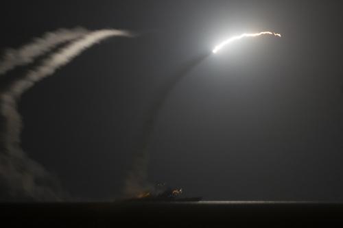 Tàu tuần dương cótên lửa dẫn đườngUSS Philippine Sea (CG 58) phóng một tên lửa hành trìnhTomahawk ở vịnh Arab vào hôm qua, khi Mỹ tiến hành không kích IS ởSyria. Ảnh: Reuters