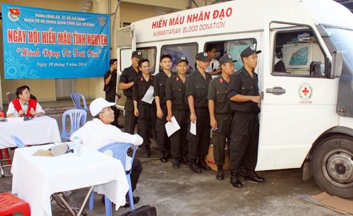 Hàng trăm cảnh sát cơ động TP HCM tham gia hiến máu
