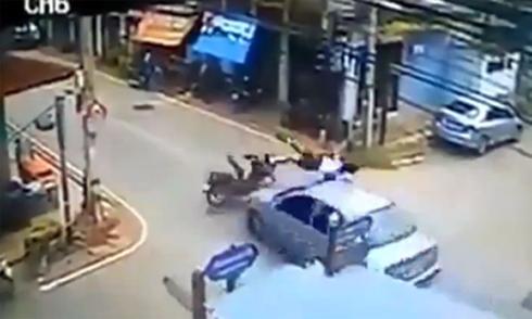 Tai nạn đáng sợ ở ngã tư