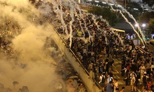 Cảnh sát liên tục bắn đạn hơi cay, khói trắng bốc lên dày đặc tối 28/9. Ảnh: CNN.