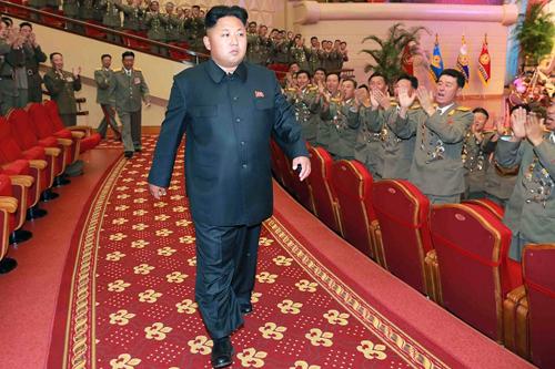 Nhà lãnh đạo Triều Tiên Kim Jong-un được các quan chức quân đội chào đón nhiệt liệt trong một sự kiến. Ảnh: AFP